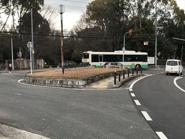 大渕池公園・西地区前に停車している奈良交通バス
