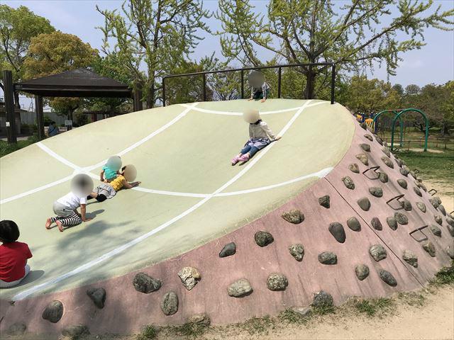 城北公園の遊具、石の滑り台