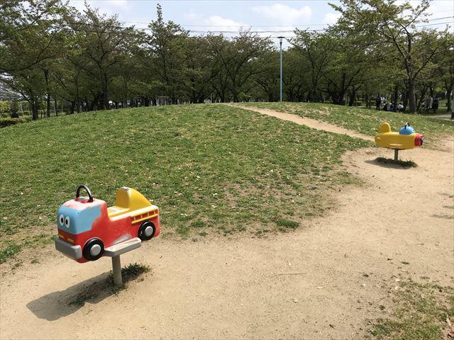 城北公園の遊具、大池東側ゾーンにある前後に動く乗り物