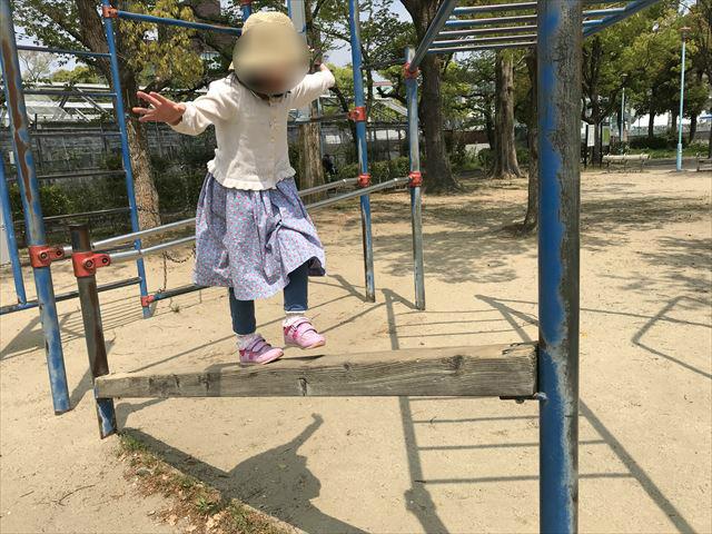 城北公園の遊具、平均台を歩く娘