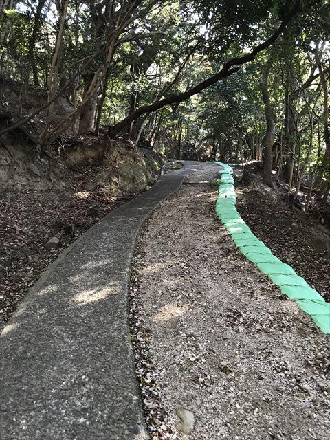 洲本城(三熊山)登山中の細い道