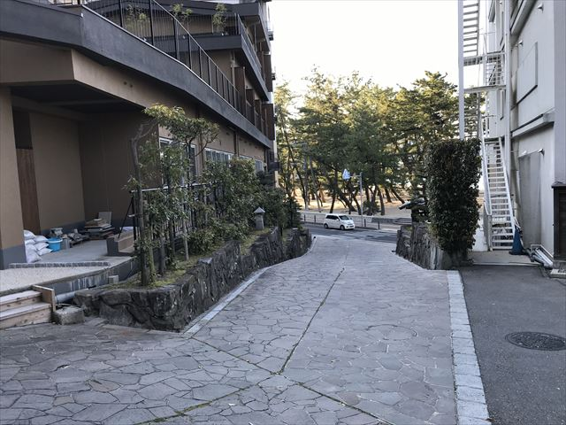 ホテル「夢海游 淡路島」と登山口。反対側から撮影