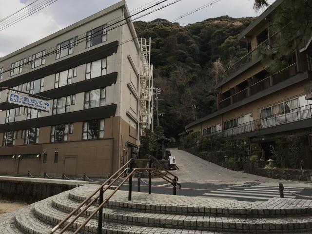 洲本城(三熊山)とホテル「夢海游 淡路島」