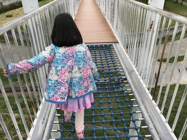 「水無瀬川緑地公園」橋にあるネット