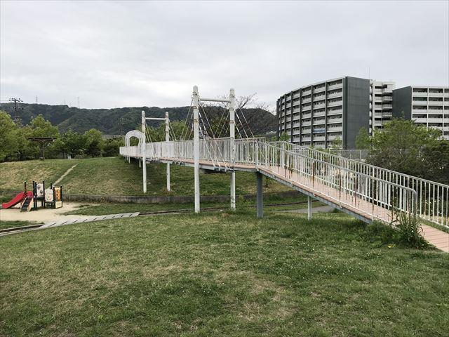 「水無瀬川緑地公園」谷を越える橋(反対側)