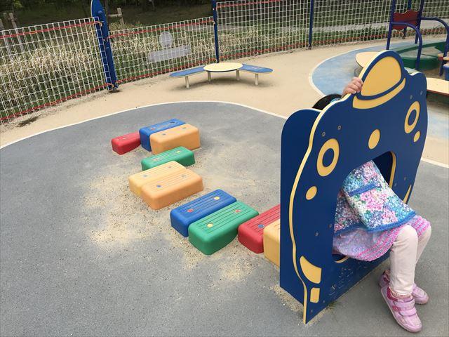 「水無瀬川緑地公園」の乳幼児専用遊び場「よちよちパーク」の遊具