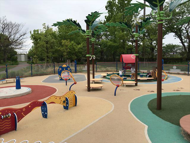 「水無瀬川緑地公園」の乳幼児専用遊び場「よちよちパーク」の遊具。砂場