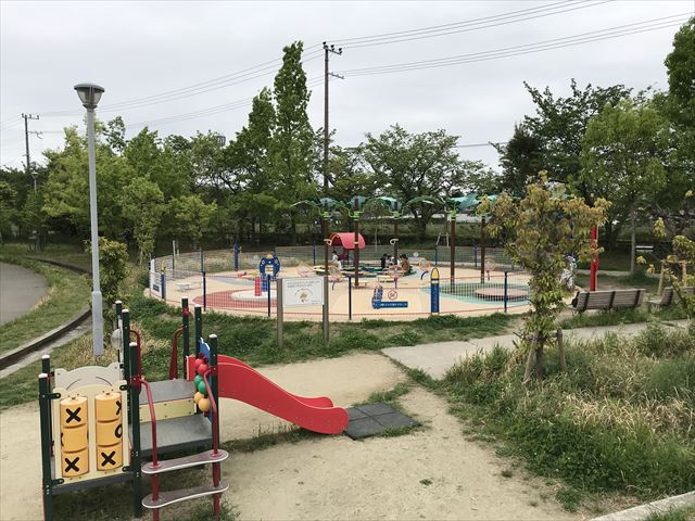 「水無瀬川緑地公園」ミニ複合遊具と「よちよちパーク」