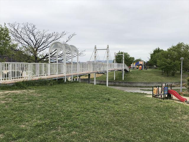 「水無瀬川緑地公園」谷を越える橋