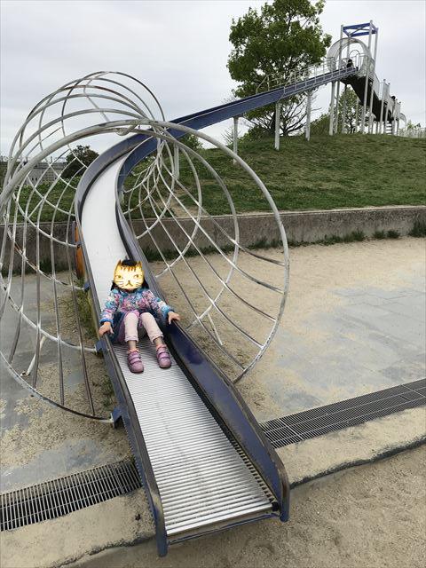 「水無瀬川緑地公園」のローラー滑り台で遊ぶ娘