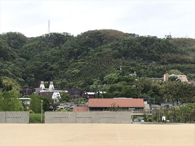 水無瀬川緑地公園のグラインドと「サントリー山崎蒸留所」