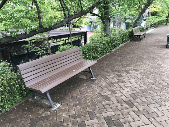 天王寺動物園「ふれあい広場」上にあるベンチ