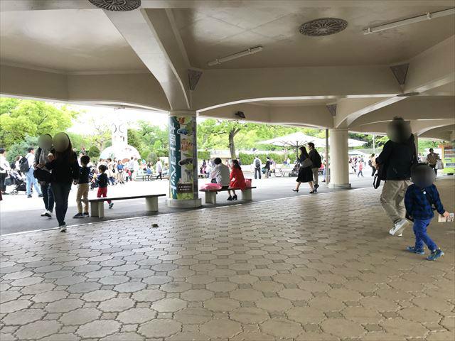 天王寺動物園「新世界ゲート」入口付近のベンチ