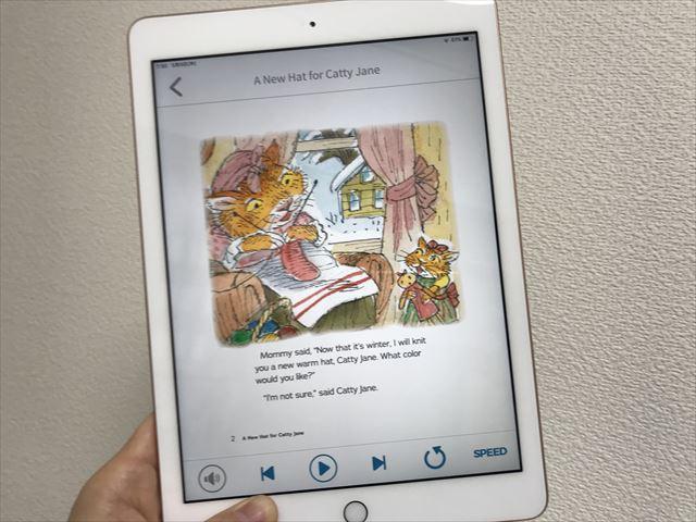 iPadで「ワールドファミリークラブライブラリー」の子供向け電子書籍を読んでいる様子