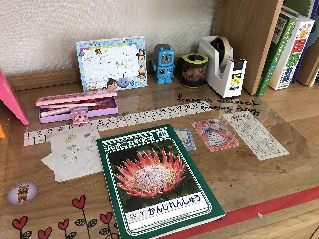 子供の学習机の上にある漢字練習帳