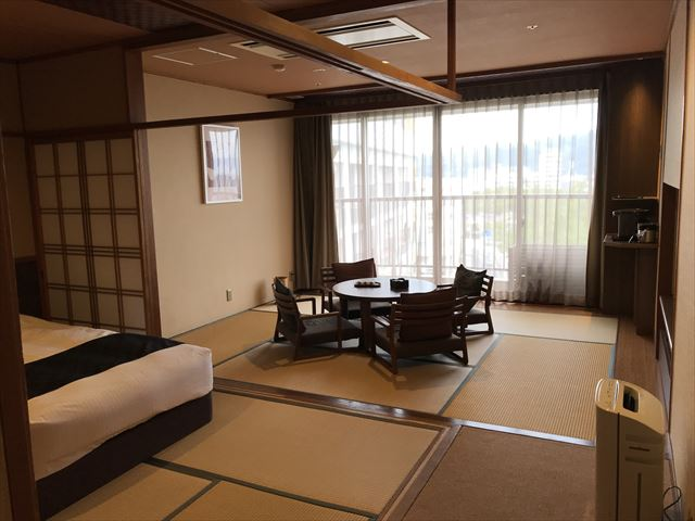 「夢海游 淡路島」和みフロア和洋室D・和風ツインベッドと畳リビング