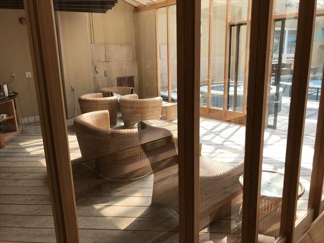 「夢海游 淡路島」室内プール隣接の休憩エリア