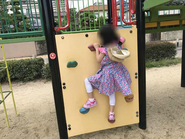 神戸「住吉公園」の複合遊具(幼児・小学生低学年向け)ミニボルダリング