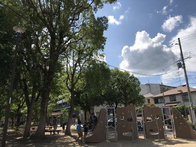 神戸「住吉公園」ロッククライミング遊具と木陰