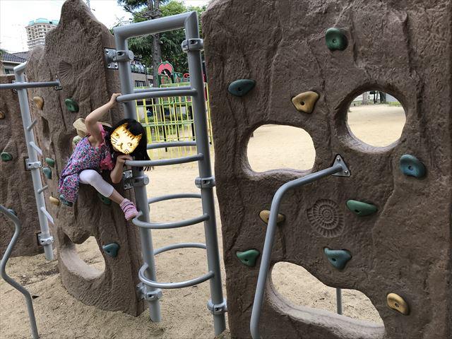 神戸「住吉公園」のロッククライミング遊具(小学生向け)で遊ぶ娘