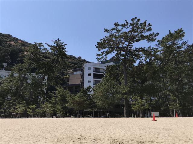 大浜海水浴場から見た松林と「夢海游 淡路島」