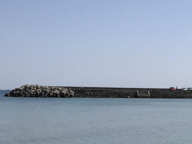 大浜海水浴場の駐車場で釣りをしている様子