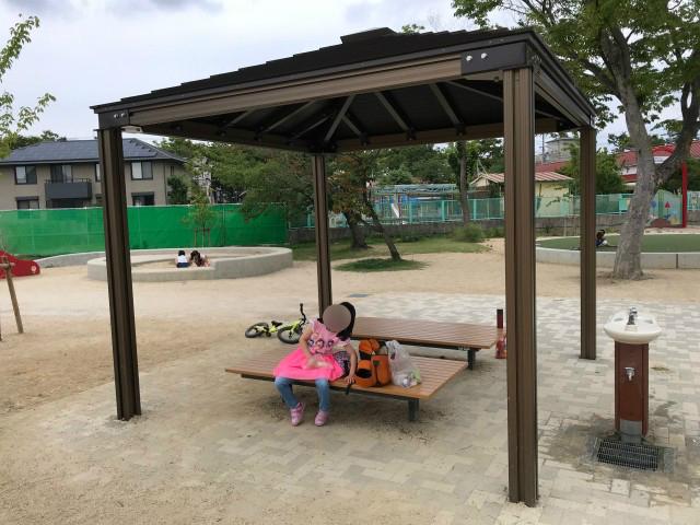 「三国ヶ丘公園」屋根付きのベンチと水道