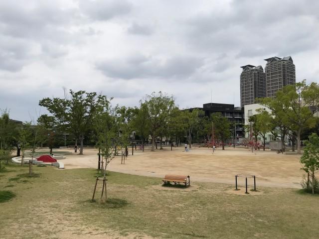 「三国ヶ丘公園」の遊具と広場