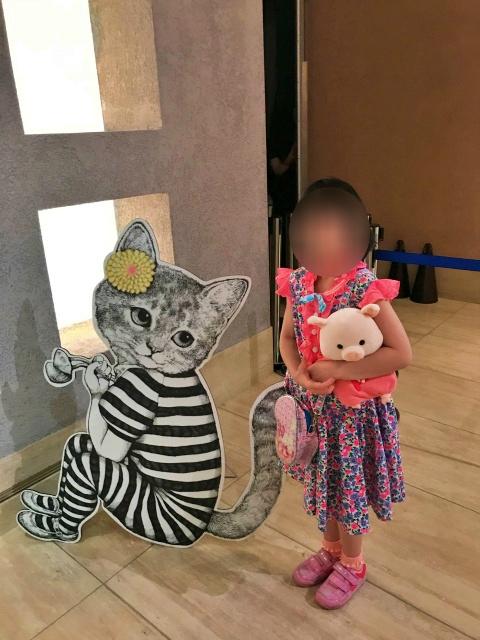 「ヒグチユウコ展CIRCUS」の猫と一緒に写真を撮る娘