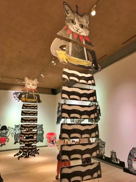 「ヒグチユウコ展CIRCUS」に吊るされている巨大猫