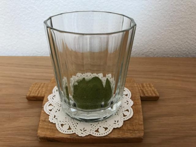 「7種の有機栽培・オーガニック青汁」1袋をグラスに入れ終わった様子