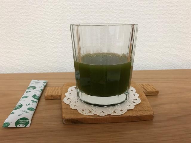 「7種の有機栽培・オーガニック青汁」1袋と水を入れ混ぜた様子