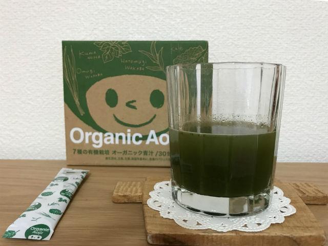 「7種の有機栽培・オーガニック青汁」パッケージと1袋、グラスに注いだもの一度に撮影