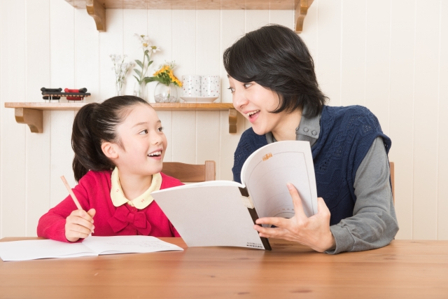 親子で宿題に取り組む様子