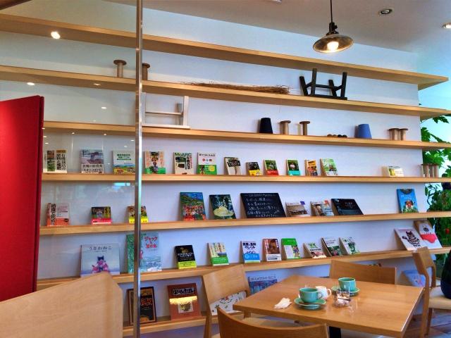 フードセレクトショップ「シェラトンマルシェ」店内カフェスペースの様子
