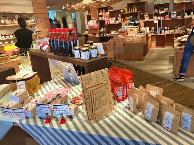 フードセレクトショップ「シェラトンマルシェ」店内の様子、厳選調味料やお茶など