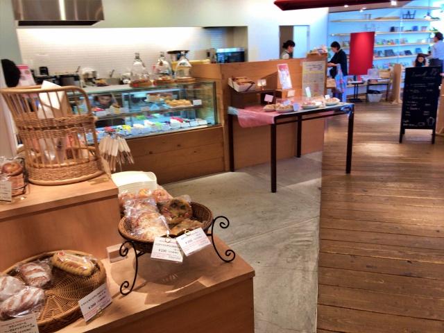 フードセレクトショップ「シェラトンマルシェ」店内の様子、パンコーナーとケーキコーナー