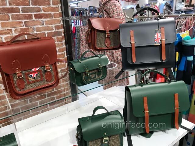 阪急うめだ本店「英国フェア2020」売り場「ザ・ケンブリッジ・サッチェル・カンパニー」のバッグ