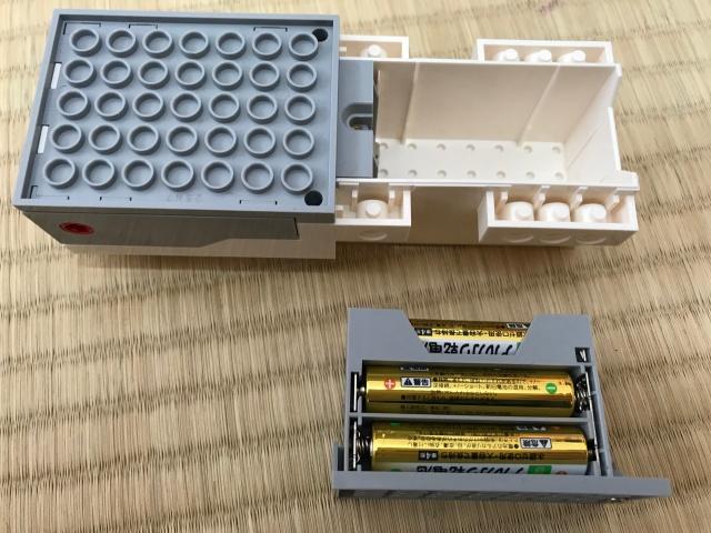 「レゴブースト」を動かすことができる「Boost Bricks」に電池を入れた様子