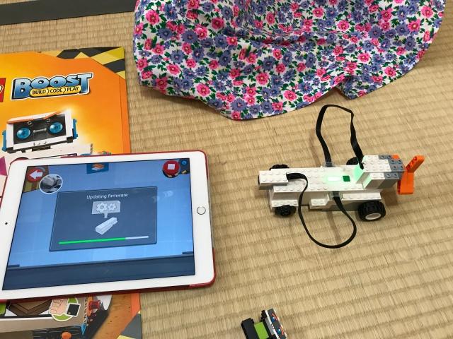 「レゴブースト」ファーストステップで作った車とプログラミングを連動している様子