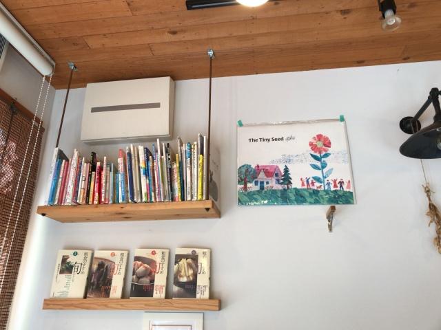 「カフェイコイ(CAFE icoi)」壁にある絵本