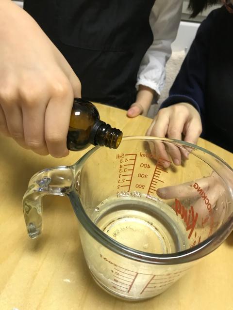 子供がスノードーム作り。グリセリンを入れる