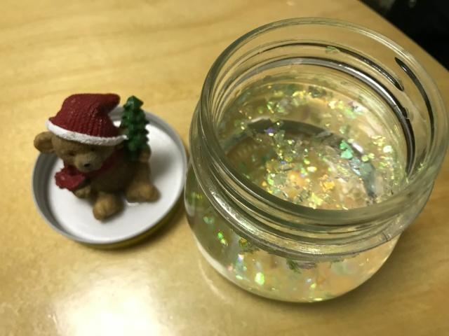子供がスノードーム作り。蓋についたクマのオーナメントと精製水とグリセリンを入れた瓶