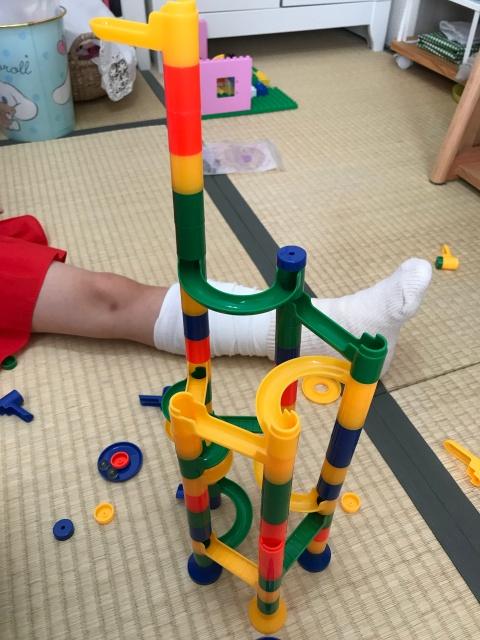100均のビー玉転がしを組み立てた子供。キリンのような形