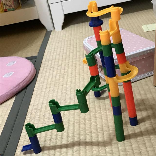 100均のビー玉転がしを組み立てている子供。創造性のある組み立て