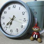 子供のテーブル前に置いている時計