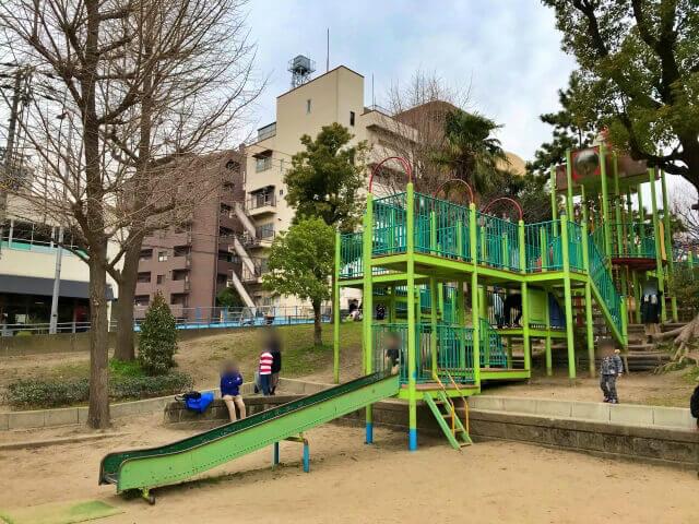 東高津公園の複合遊具とローラー滑り台