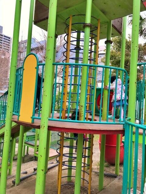 東高津公園の複合遊具。2階建てになっている