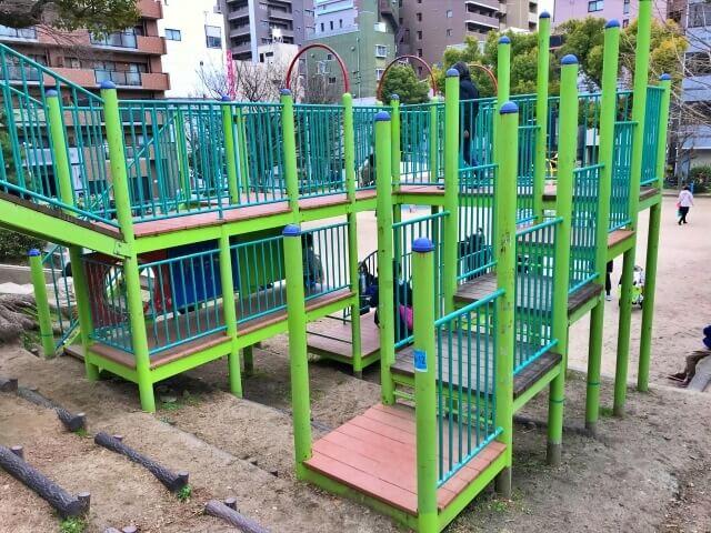 東高津公園の複合遊具にある階段