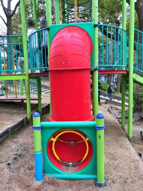 東高津公園の複合遊具。トンネルのはしご